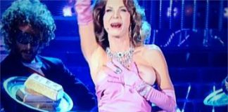 """Veronica Maya va """"fuori di seno"""" cantando """"Material Girl"""" di Madonna - VIDEO"""