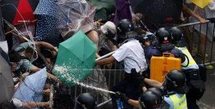 """"""" Occupy Hong Kong !"""":  Nuove cariche sulla folla di studenti"""