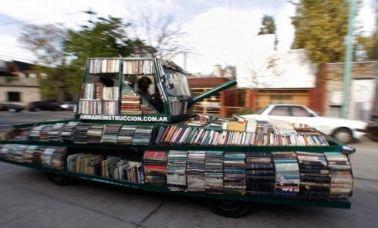 Artista argentino trasforma un vecchio carro armato in libreria per dare un messaggio di pace