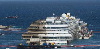 La Costa Concordia rivede la luce e torna al porto di Genova