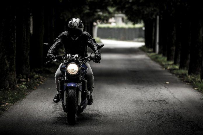 Roma: scende dall'auto e viene travolto da una moto