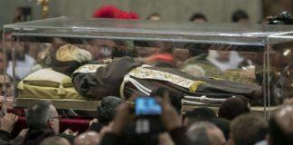 Dopo la visita del Santo Padre la salma di Padre Pio fa il suo rientro nella sfarzosa cripta del Santuario di San Pio da Pirtrelcina