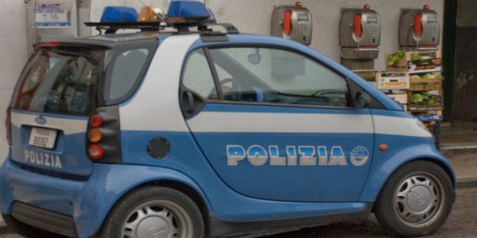 Macchina della polizia si ribalta dopo lo scontro con un'altra auto