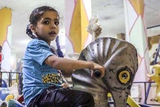 Un mondo artificioso per ridare un sorriso ai bambini siriani