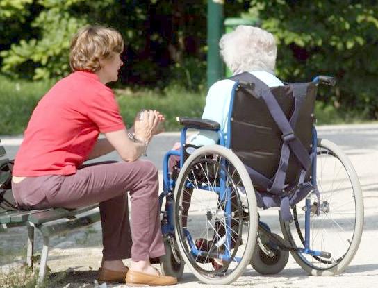 Una badante viene indagata per la morte di un'anziana