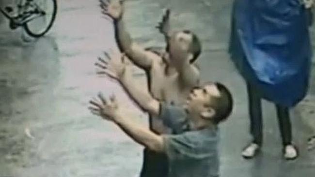 Video: Bambino cade da un palazzo di 2 piani