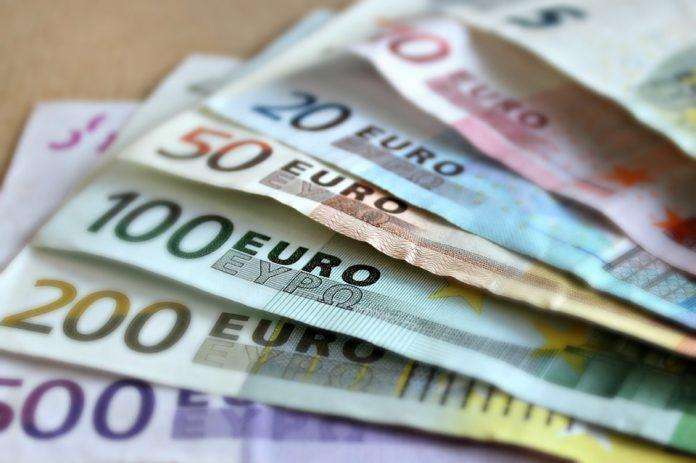 Mistero in Spagna: lasciano buste piene di soldi in un paesino