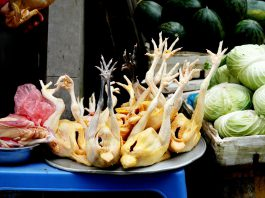 Si lava il pollo crudo prima di cucinarlo? La risposta