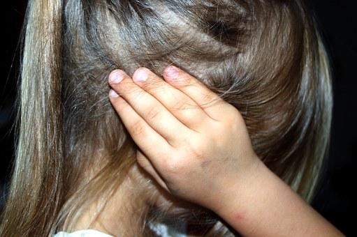 Violenze da parte di zia e genitori per una bambina di tre anni disabile a Milano