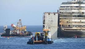 La Costa Concordia lascia l'isola del Giglio