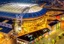 Lo stadio di Amsterdam illuminato dalle batterie Nissan