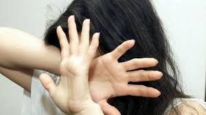 Follia della violenza: padre accoltella la figlia e cerca di strapparle gli occhi