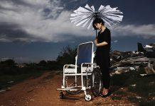 Modella paraplegica lancia una linea di vestiti per donne in carrozzina