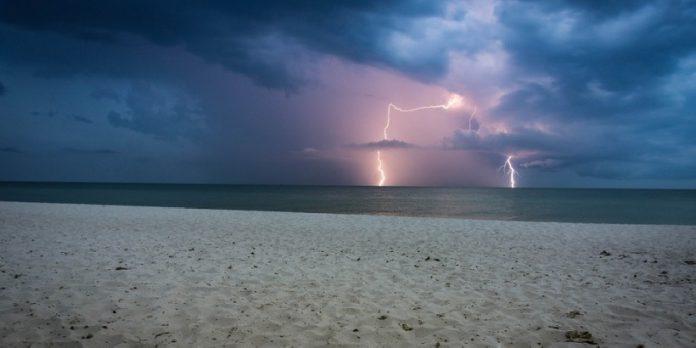 Fulmine in spiaggia: feriti due fratelli
