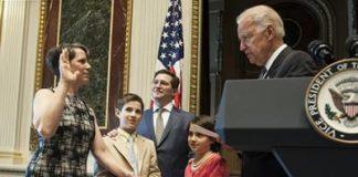 Neo-ambasciatore Suzi LeVine: giura sulla costituzione Usa