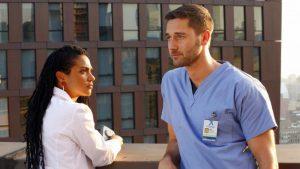 Freema Agyeman e Ryan Eggold in una scena da New Amsterdam