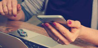 La luce blu di cellulari e tablet invecchia il cervello e la retina
