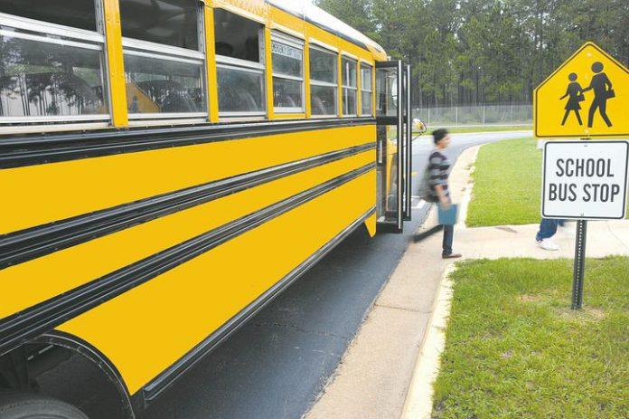 Bambino rimane bloccato per 6 ore nello scuolabus