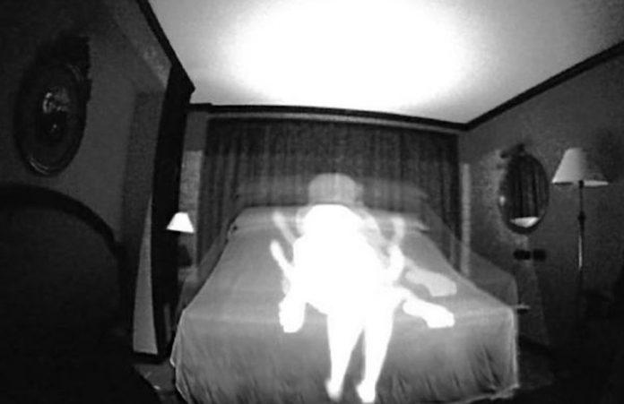 Fantasma fa sesso con una donna inglese