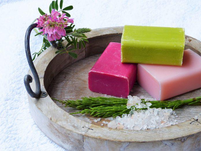 Si puó smettere di usare sapone shampo e non fare la doccia? Uno studio risponde