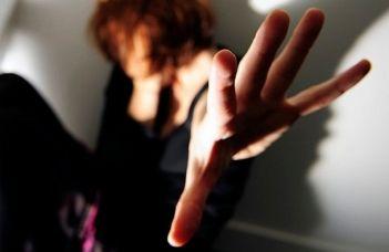 Litiga con la compagna e la madre di lei... conseguenze inaspettate