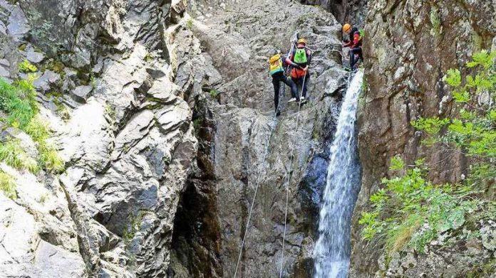 Onda anomala travolge gruppo di escursionisti: morte 4 persone