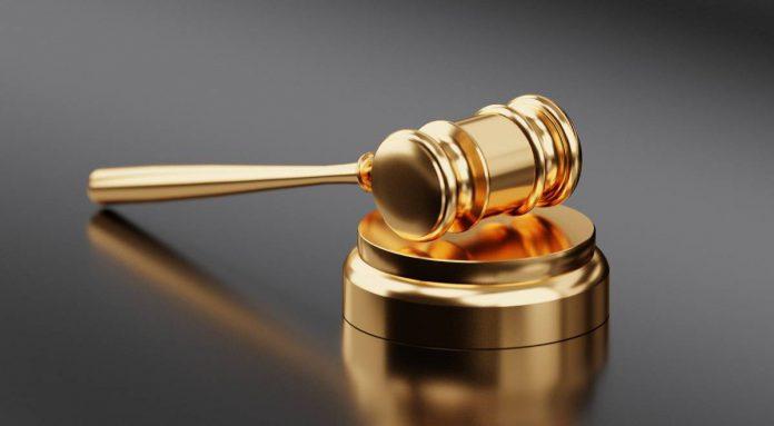 Il martelletto del giudice che segna la pena inflitta all'accusato